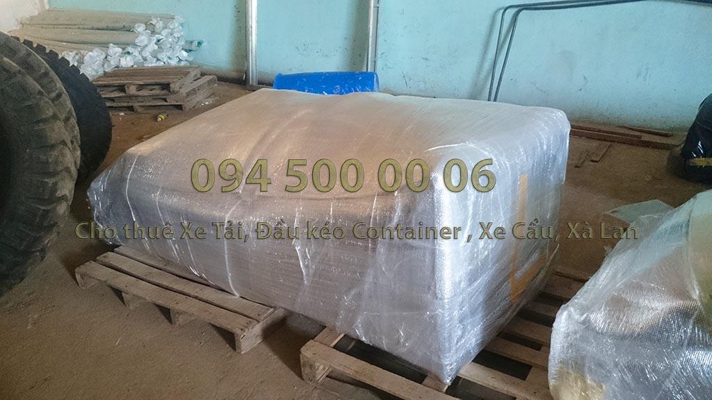 (Ảnh: đóng kiện gỗ hàng hóa; Cty Con Rùa Biển nhận vận chuyển và kiêm cả việc đóng kiện gỗ nếu đó là hàng hóa dễ hư hỏng khi vận chuyển, kiện gỗ đảm bảo tiêu chuẩn vận chuyển an toàn; trong ảnh là ghế sofa đã được bao bọc kỹ)