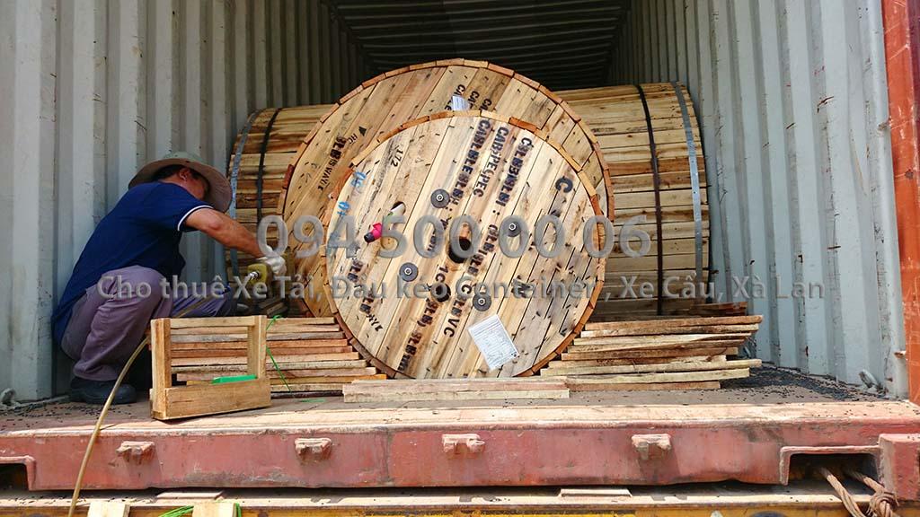 (Ảnh: đóng kiện gỗ hàng hóa; Cty Con Rùa Biển nhận vận chuyển và kiêm cả việc đóng kiện gỗ nếu đó là hàng hóa dễ hư hỏng khi vận chuyển, kiện gỗ đảm bảo tiêu chuẩn vận chuyển an toàn; trong ảnh là cuộc cáp điện lên container còn phải được đóng niêm chèn ép gia cố chắc chắn trước khi xe di chuyển)