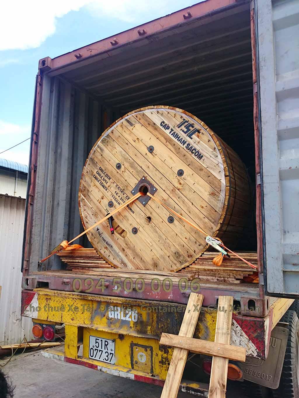 (Ảnh: đóng kiện gỗ hàng hóa; Cty Con Rùa Biển nhận vận chuyển và kiêm cả việc đóng kiện gỗ nếu đó là hàng hóa dễ hư hỏng khi vận chuyển, kiện gỗ đảm bảo tiêu chuẩn vận chuyển an toàn; trong ảnh là cáp điện đã được cảo thêm dây để gia cố cho an toàn)
