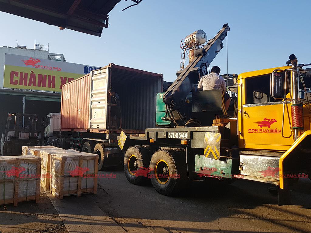 (Ảnh: Chành xe Phú Quốc - CON RÙA BIỂN đang rút container sang xe tải, để vận chuyển tiết kiệm, giá rẻ thay vì phải kéo nguyên container đi Phú Quốc từ Sài Gòn)