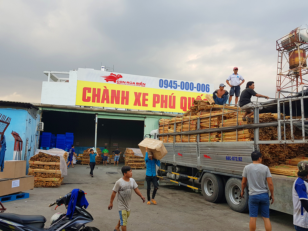 Chành xe đi Phú Quốc, CON RÙA BIỂN đang bốc xếp hàng hóa lên xe, với đội ngủ nhân viên bốc xếp rất đông người, sẽ thuận lợi cho quý khách hàng cần sang xe các loại hàng hóa tại bãi xe thuộc hệ thống kho bãi