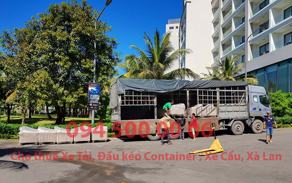 (Ảnh: Chành xe Phú Quốc công ty CON RÙA BIỂN đang giao hàng nội thất cho resort tại Phú Quốc hàng nội thất được vận chuyển từ HCM đi ra đảo Phú Quốc, cho thuê xe tải nguyên chiếc)