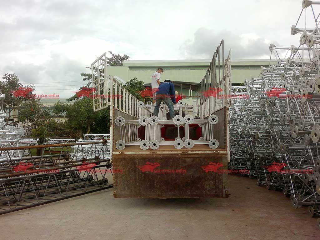 (Ảnh: Chành xe Phú Quốc công ty CON RÙA BIỂN đang nhận hàng kết cấu thép từ HCM đi ra đảo Phú Quốc, cho thuê xe tải đi Phú Quốc nguyên chiếc)
