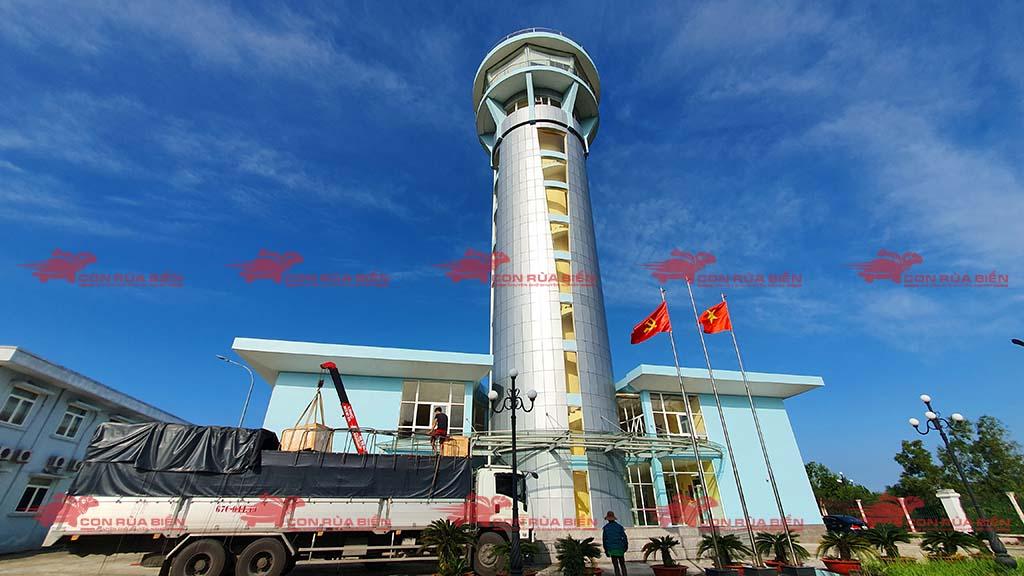 (Ảnh: Chành xe Phú Quốc công ty CON RÙA BIỂN đang giao hàng thiết bị bóng đèn cho Sân Bay Phú Quốc từ HCM đi ra đảo Phú Quốc, cho thuê xe tải nguyên chiếc)