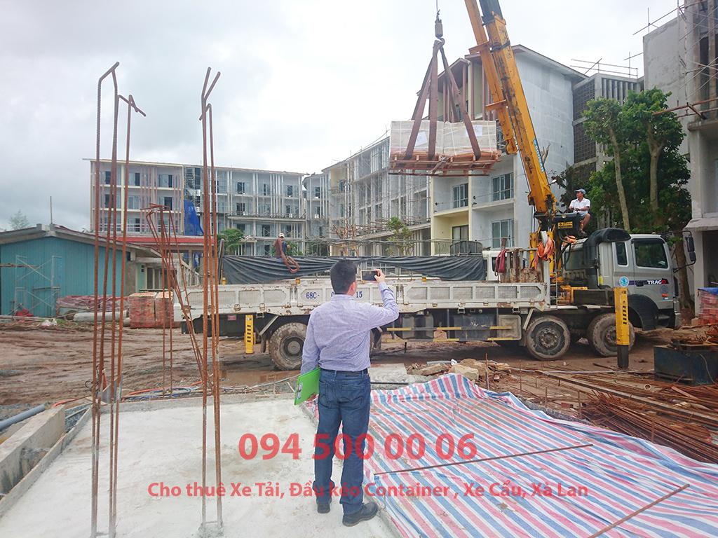 Ảnh: Dịch vụ Cho thuê xe cẩu tại Phú Quốc: Cty Con Rùa Biển đang nhận Cẩu gạch men từ xe xuống đất và vận chuyển Gạch men từ Phú Mỹ, Bà Rịa Vũng Tàu đi công trình tại Đảo Phú Quốc