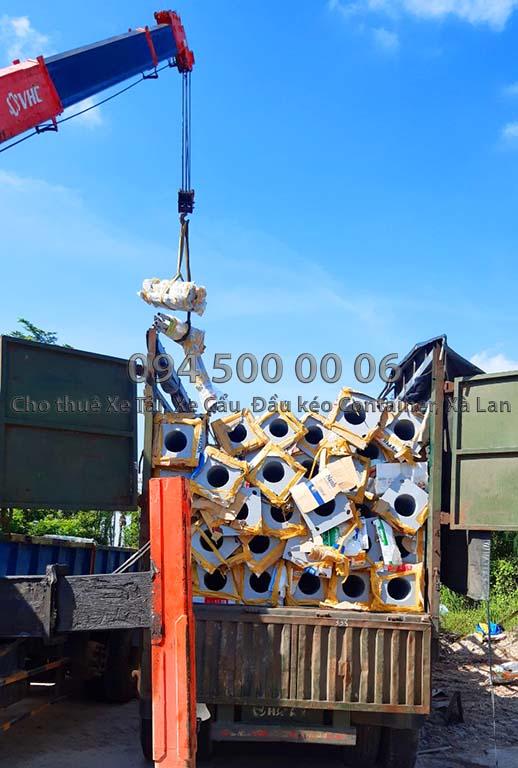 (Ảnh: vận chuyển hàng hóa bắc nam, cty Con Rùa Biển nhận vận chuyển Cột Đèn từ Đồng Nai đi Đảo Phú Quốc bằng xe đầu kéo container thùng mui bạc)