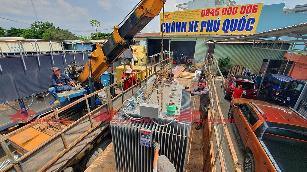 Ảnh: Dịch vụ Cho thuê xe cẩu tại HCM: Cty Con Rùa Biển đang nhận Cẩu sang xe và vận chuyển Máy biến thế từ HCM đi Đảo Phú Quốc bằng xe tải thùng mui bạc