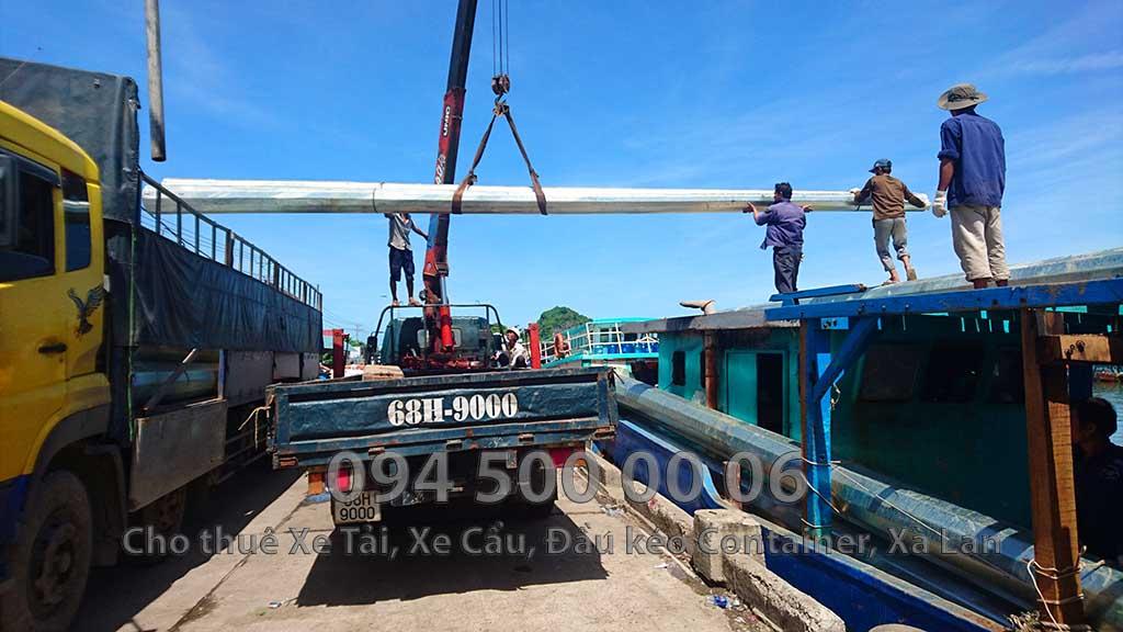 Ảnh: Dịch vụ Cho thuê xe cẩu tại Hà Tiên, Kiên Giang: Cty Con Rùa Biển đang nhận Cẩu kết cẩu thép từ trên xe tải xuống tàu biển để vận chuyển từ đất liền qua đảo Phú Quốc sau đó đi tiếp từ Phú quốc qua đảo Hòn Thơm