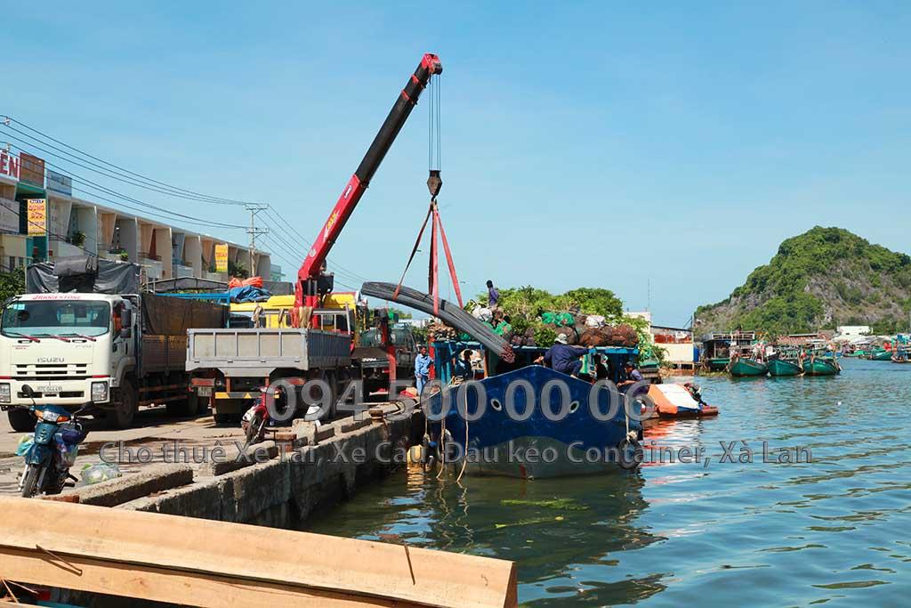 Ảnh: Dịch vụ Cho thuê xe cẩu tại Kiên Lương, Kiên Giang: Cty Con Rùa Biển đang nhận Cẩu sắt thép từ xe tải xuống tàu biển và vận chuyển sắt thép từ Đất liền Ba Hòn, Kiên Giang đi ra đảo Nam Du