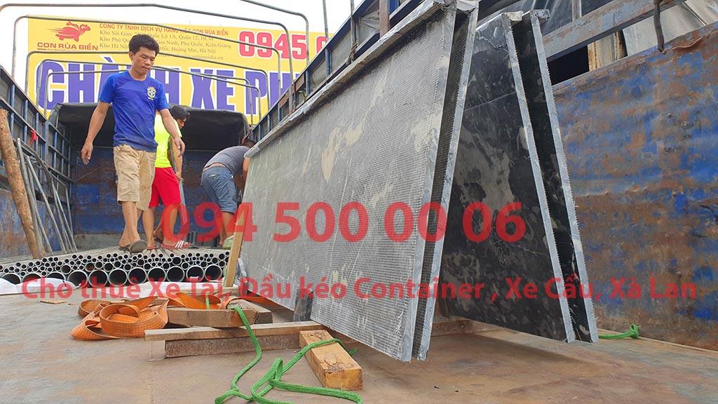 (Ảnh: đá hóa cương dạng tấm, đá bếp đã được Chành xe Phú Quốc công ty CON RÙA BIỂN nhận để ghép xe tải tại Bãi xe HCM để vận chuyển cùng các loại hàng hóa nhỏ lẻ đi ghép ra đảo Phú Quốc)