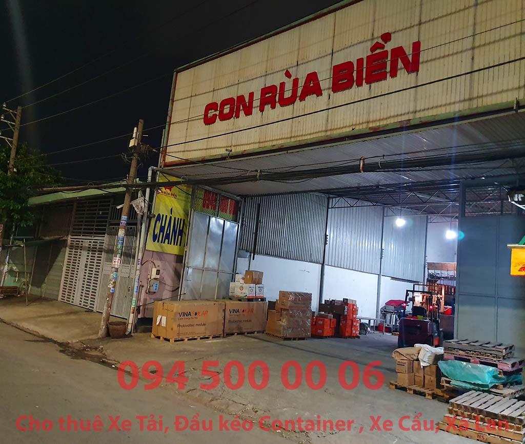 (Ảnh: Chành xe Phú Quốc công ty CON RÙA BIỂN đang đợi xe tải lấy hàng ở kho của khách hàng về kết hợp hàng ghép tại Bãi xe HCM để vận chuyển các loại hàng hóa nhỏ lẻ đi ghép ra đảo Phú Quốc)