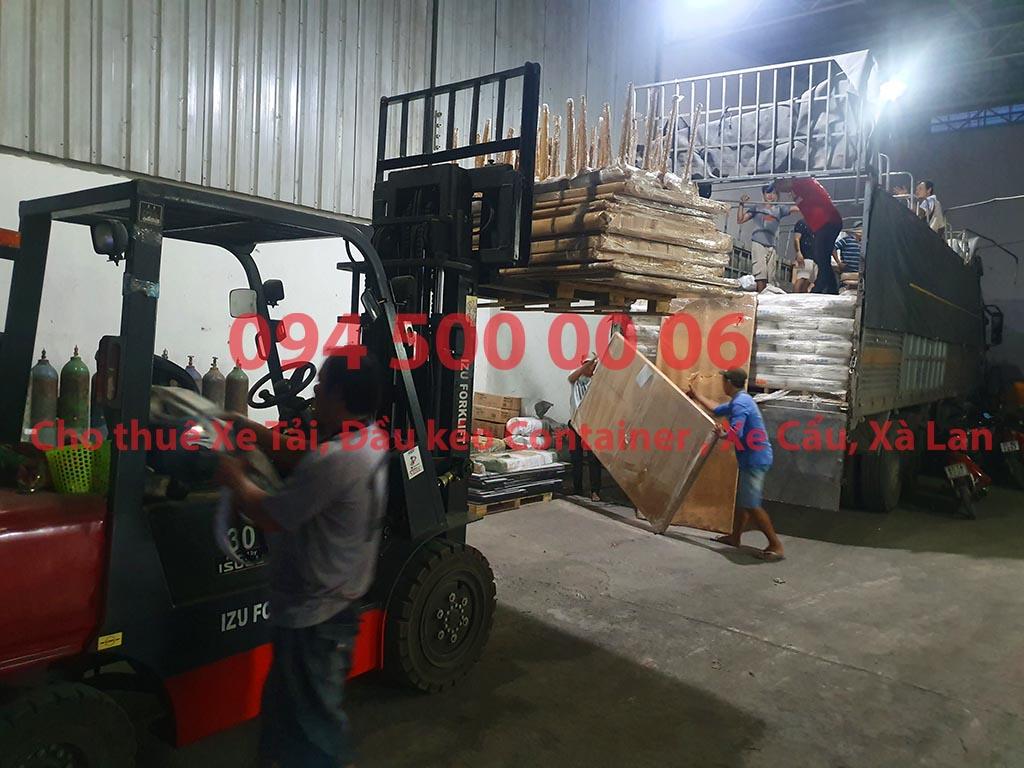 (Ảnh: Chành xe Phú Quốc công ty CON RÙA BIỂN đang ghép hàng hóa nội thất lên xe tải tại Bãi xe HCM để vận chuyển các loại hàng hóa nhỏ lẻ đi ghép ra đảo Phú Quốc)