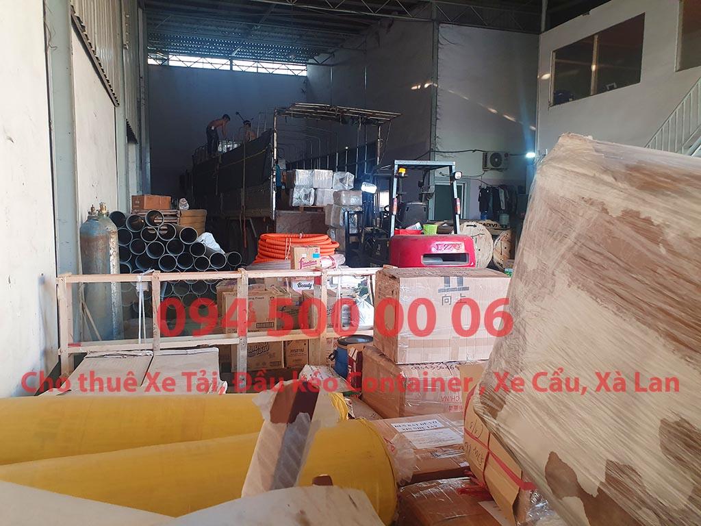 (Ảnh: Chành xe Phú Quốc công ty CON RÙA BIỂN đang ghép hàng hóa nhỏ lẻ lên xe tải tại Bãi xe HCM để vận chuyển các loại hàng hóa nhỏ lẻ đi ghép ra đảo Phú Quốc)