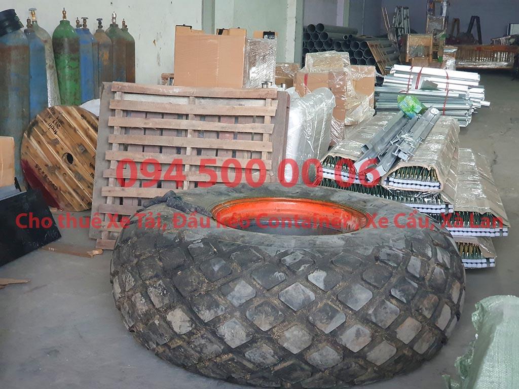 (Ảnh: lốp xe, cửa cuốn và sắt thép sẽ được Chành xe Phú Quốc công ty CON RÙA BIỂN tại Bãi xe HCM nhận ghép xe để vận chuyển các loại hàng hóa nhỏ lẻ đi ghép ra đảo Phú Quốc)