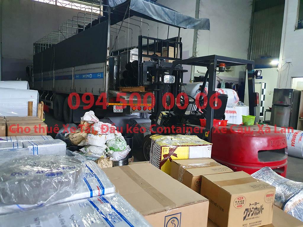 (Ảnh: Chành xe Phú Quốc công ty CON RÙA BIỂN đang bốc xếp hàng hóa nhỏ lẻ tại Bãi xe HCM để vận chuyển cùng các loại hàng hóa nhỏ lẻ đi ghép ra đảo Phú Quốc)