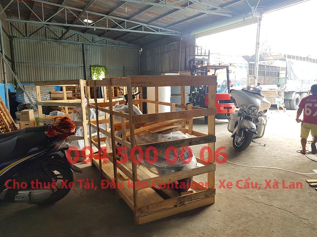(Ảnh: xe máy phân khối lớn (mô tô) đã được Chành xe Phú Quốc công ty CON RÙA BIỂN nhận và đóng kiện gỗ để ghép xe tải tại Bãi xe HCM để vận chuyển cùng các loại hàng hóa nhỏ lẻ đi ghép ra đảo Phú Quốc)