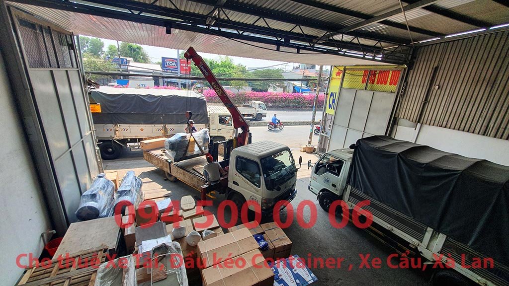 (Ảnh: Chành xe Phú Quốc công ty CON RÙA BIỂN đang nhận hàng máy bơm của khách hàng đưa đến kho, để chiều chiều bắt đầu ghép hàng hóa nhỏ lẻ lên xe tải tại Bãi xe HCM để vận chuyển các loại hàng hóa nhỏ lẻ đi ghép ra đảo Phú Quốc)