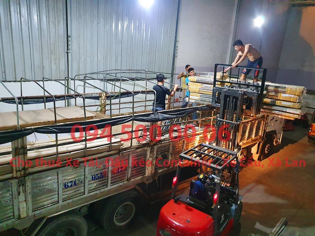 (Ảnh: Chành xe Phú Quốc công ty CON RÙA BIỂN đang ghép hàng hóa nội thất nhỏ lẻ lên xe tải tại Bãi xe HCM để vận chuyển các loại hàng hóa nhỏ lẻ đi ghép ra đảo Phú Quốc)