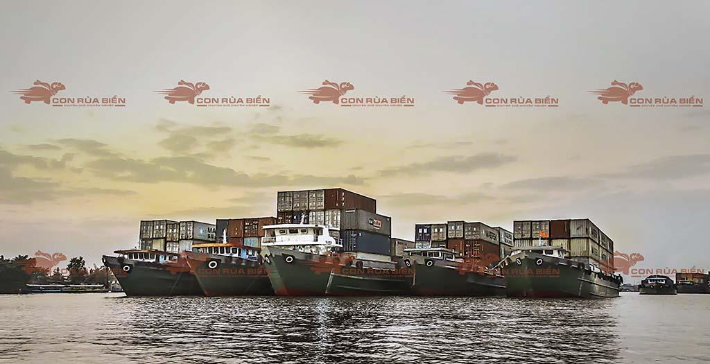 (Ảnh: Vận chuyển hàng hóa đường biển - đường thủy - cho thuê xà lan ; Cty Con Rùa Biển thường xuyên vận chuyển container bằng xà lan, để chụp được tấm ảnh mà có tới 5 xà lan cùng một lúc xếp hàng ngang như thế này là chúng tôi phải đợi hơn 60 phút mới chụp được tấm ảnh này)
