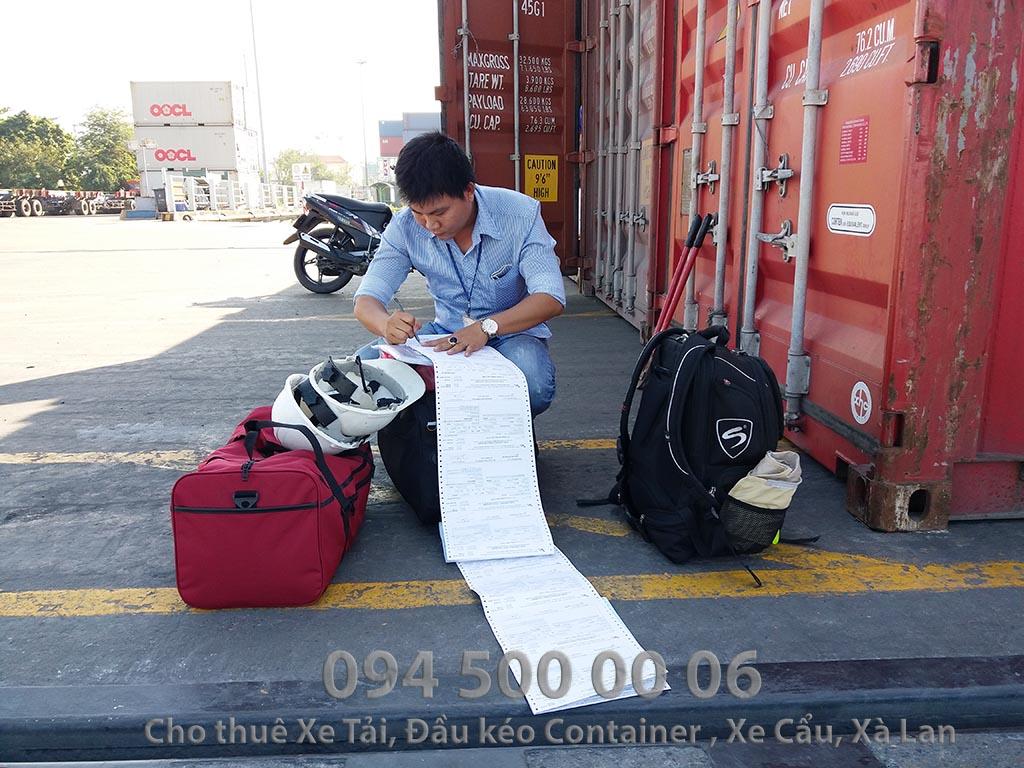 """(Ảnh: Khai hải quan hàng nhập, Vận chuyển hàng hóa đường thủy - đường biển - cho thuê xà lan ; Cty Con Rùa Biển đang ký lệnh rút container hàng """"xuất nhập khẩu"""" nói chung để vận chuyển cho khách hàng bằng đầu kéo container)"""