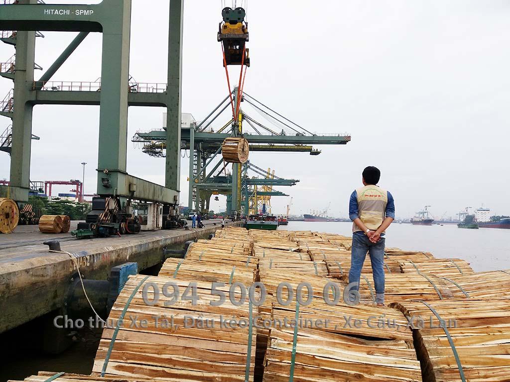 (Ảnh: Vận chuyển hàng hóa đường thủy - đường biển - cho thuê xà lan ; Cty Con Rùa Biển đang thực hiện dự án vận chuyển cáp điện, trong ảnh là đang giảm sát việc sắp xếp hàng hóa lên xà lan)