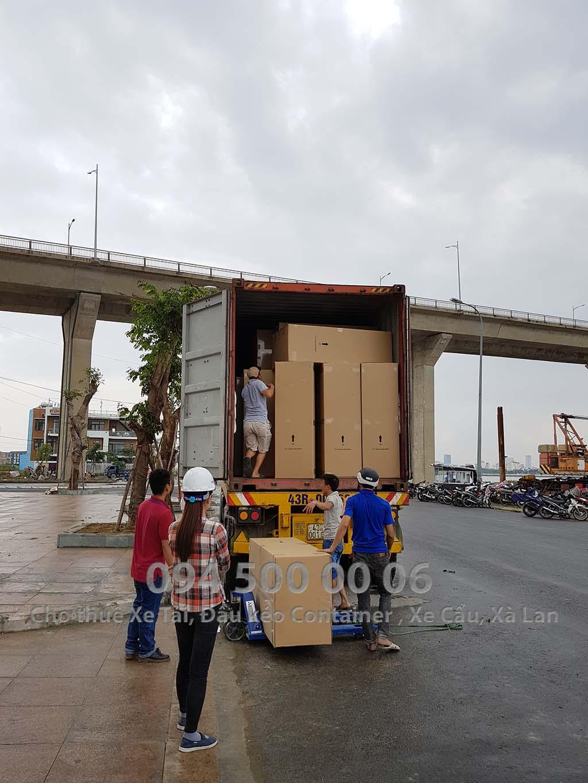 (Ảnh: Vận chuyển hàng Nội Thất bắc nam từ Bình Dương đi Đà Nẵng; Trong ảnh là nhân công được điều đến công trình để rút hàng trong xe container đang đợi để chuẩn bị đưa hàng vào tầng hầm)