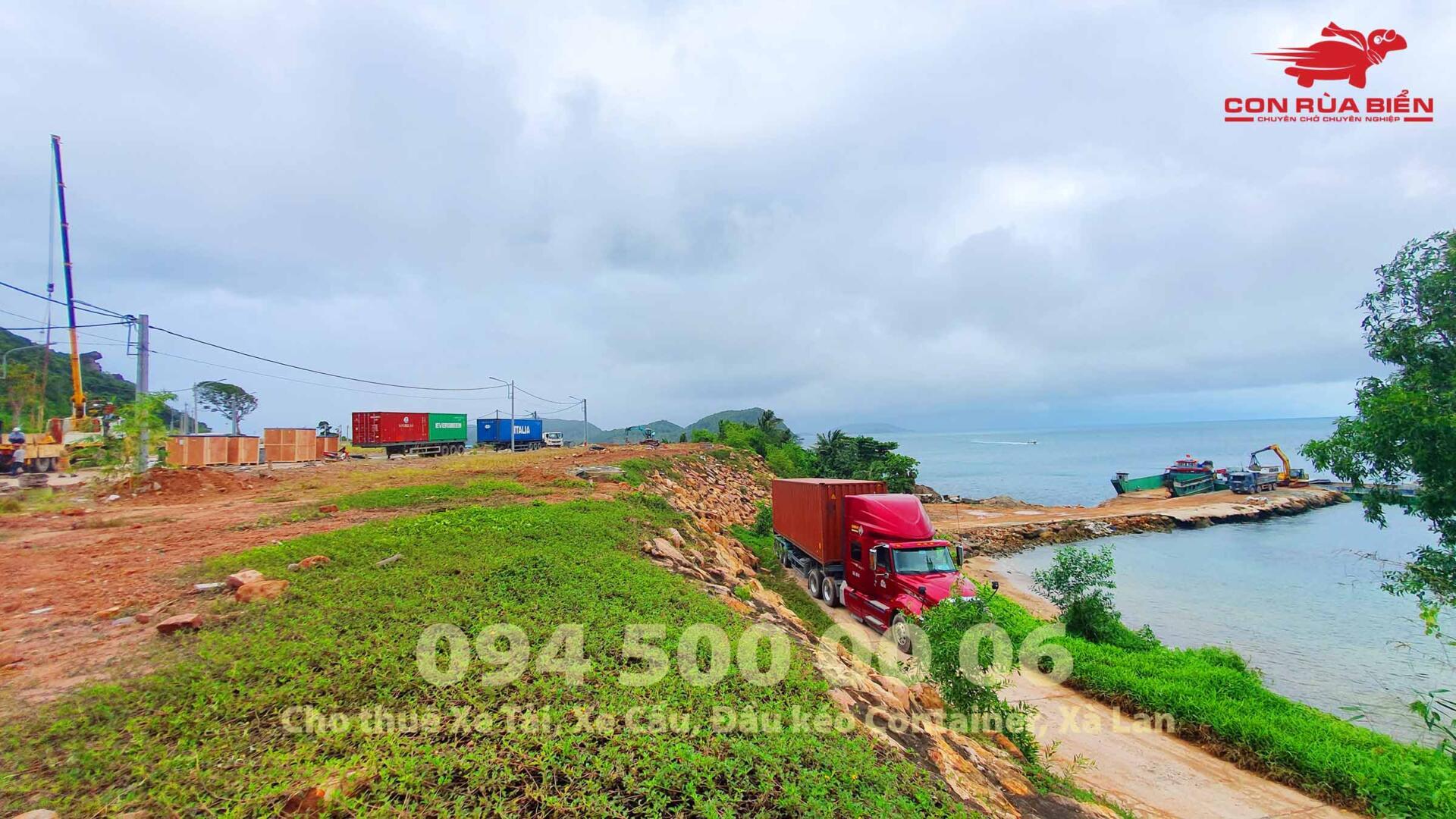 (Ảnh: Dự án vận chuyển 5 Container thiết bị cho Công trình Sun World Hòn Thơm; Trong ảnh là cảnh xe đầu kéo chở container nguyên seal vừa mới từ Phà leo lên cảng Hòn Thơm, các xe đầu kéo bắt đầu leo con dốc đầu tiên trên đảo Hòn Thơm)