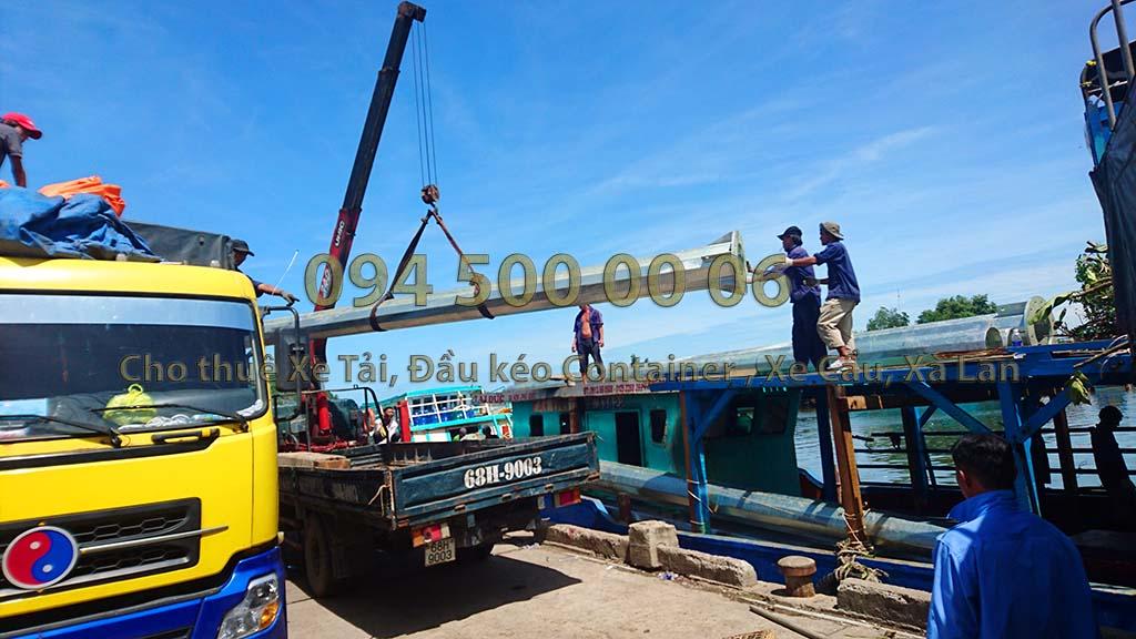 (Ảnh: Dự án vận chuyển cột đèn sắt thép từ Đồng Nai đi Phú Quốc, được cty Con Rùa Biển vận chuyển kết hợp đa phương thức bằng đường bộ, đường biển, với các loại phương tiện chuyên dụng từ Đầu kéo container mui bạc, cho đến xe tải và kết hợp cả tàu biển để đưa hàng đến chân công trình)