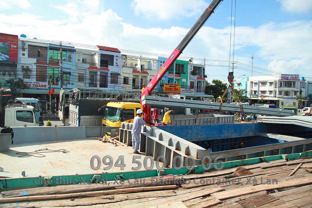 (Ảnh: Dự án vận chuyển kết cấu thép của ATAD ra đảo Phú Quốc để xây dựng công trình cho nhà máy sản xuất nước mấm MASAN Phú Quốc. Trong ảnh là cảnh: xe cẩu 4 chân 20 tấn đang cẩu kết cẩu thép từ xe tải 20 tấn bỏ xuống tàu biển để vận chuyển qua Đảo Phú Quốc bằng đường biển)
