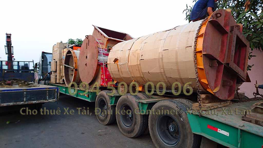 (Ảnh:Con Rùa Biển vận chuyển Lò Đốt Rác từ Long An đi Hà Nội, trong ảnh là lái xe đầu kéo đang ràng buộc hàng hóa cẩn thận trước khi cho xe chạy)