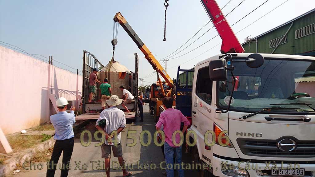 (Ảnh:Con Rùa Biển vận chuyển Lò Đốt Rác từ Long An đi Hà Nội, trong ảnh là lái xe cẩu đang đưa kiện Lò Đốt Rác từ dưới đất lên xe xe tải để đi ra bắc)