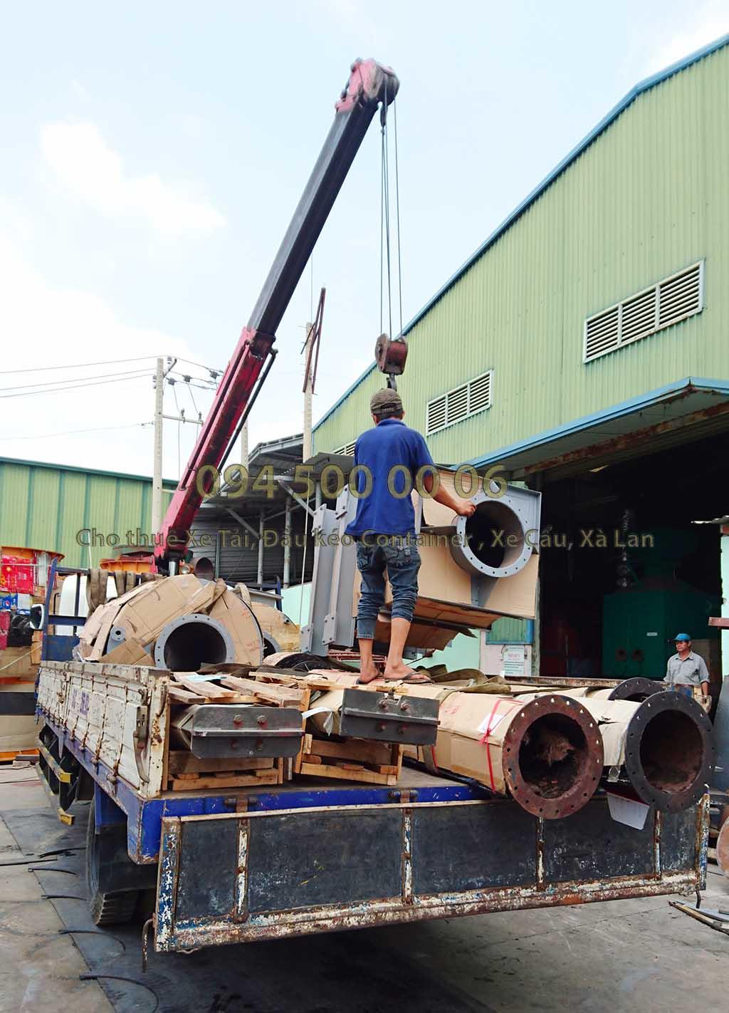 (Ảnh: Dự án vận chuyển lò đốt rác từ Long an Đi Hà Nội; trong ảnh lái xe đang thực hiện việc di chuyển hàng từ trong kho qua xe tải lớn)