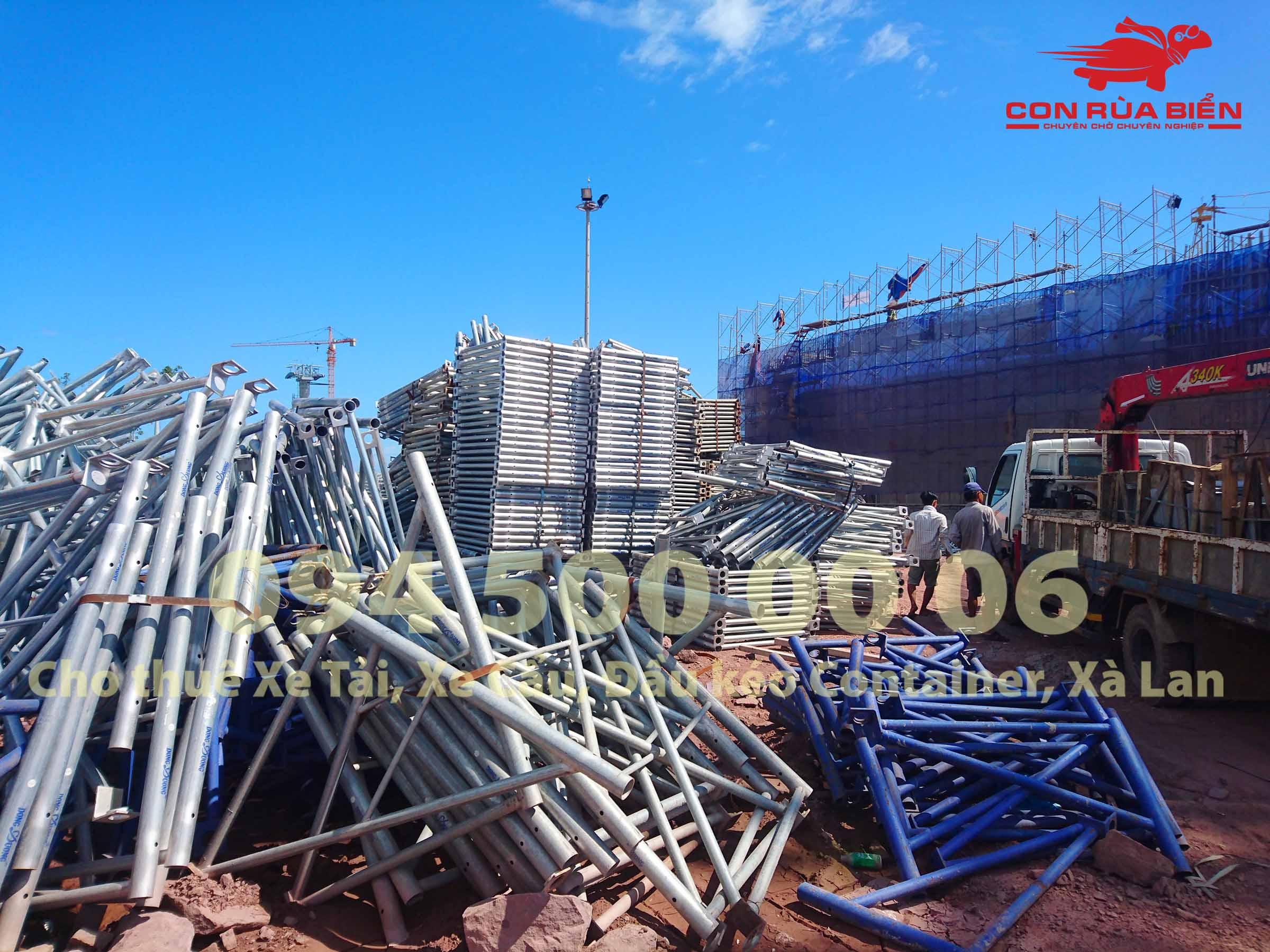 (Ảnh: Dự án vận chuyển Giàn Giáo công trình đi Phú Quốc - Chành xe Phú Quốc - Con Rùa Biển; trong ảnh là cảnh xe cẩu nhỏ đang di chuyển giàn giáo tại công trình ở an thới Phú Quốc)