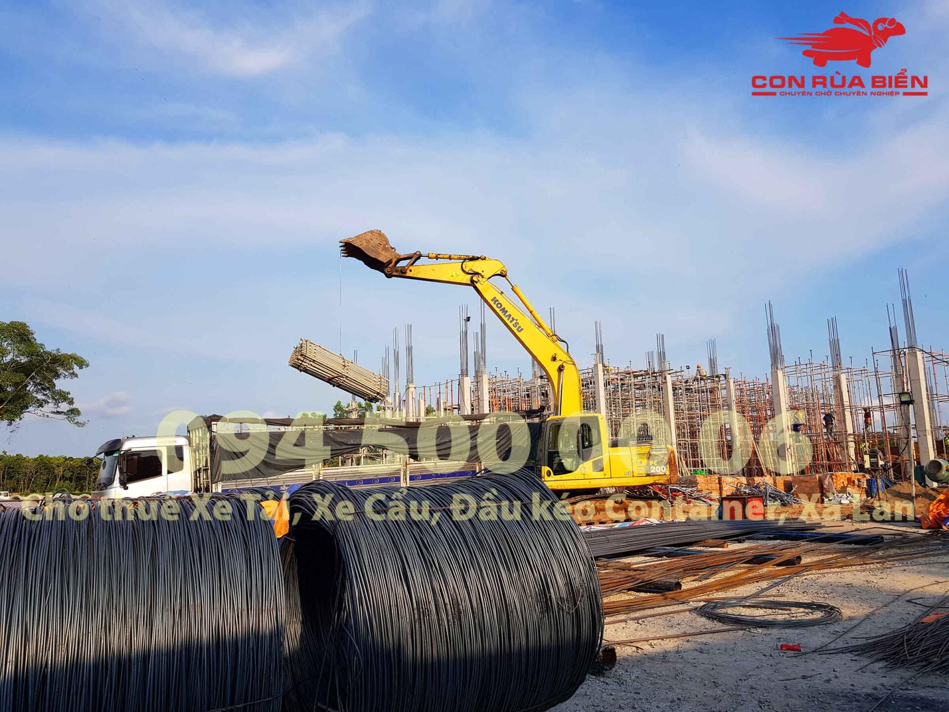 (Ảnh: Dự án vận chuyển Giàn Giáo công trình đi Phú Quốc - Chành xe Phú Quốc - Con Rùa Biển; trong ảnh là cảnh xe cuốc đang đưa giàn giáo từ công trình lên xe tải 20 tấn tại Phú Quốc)