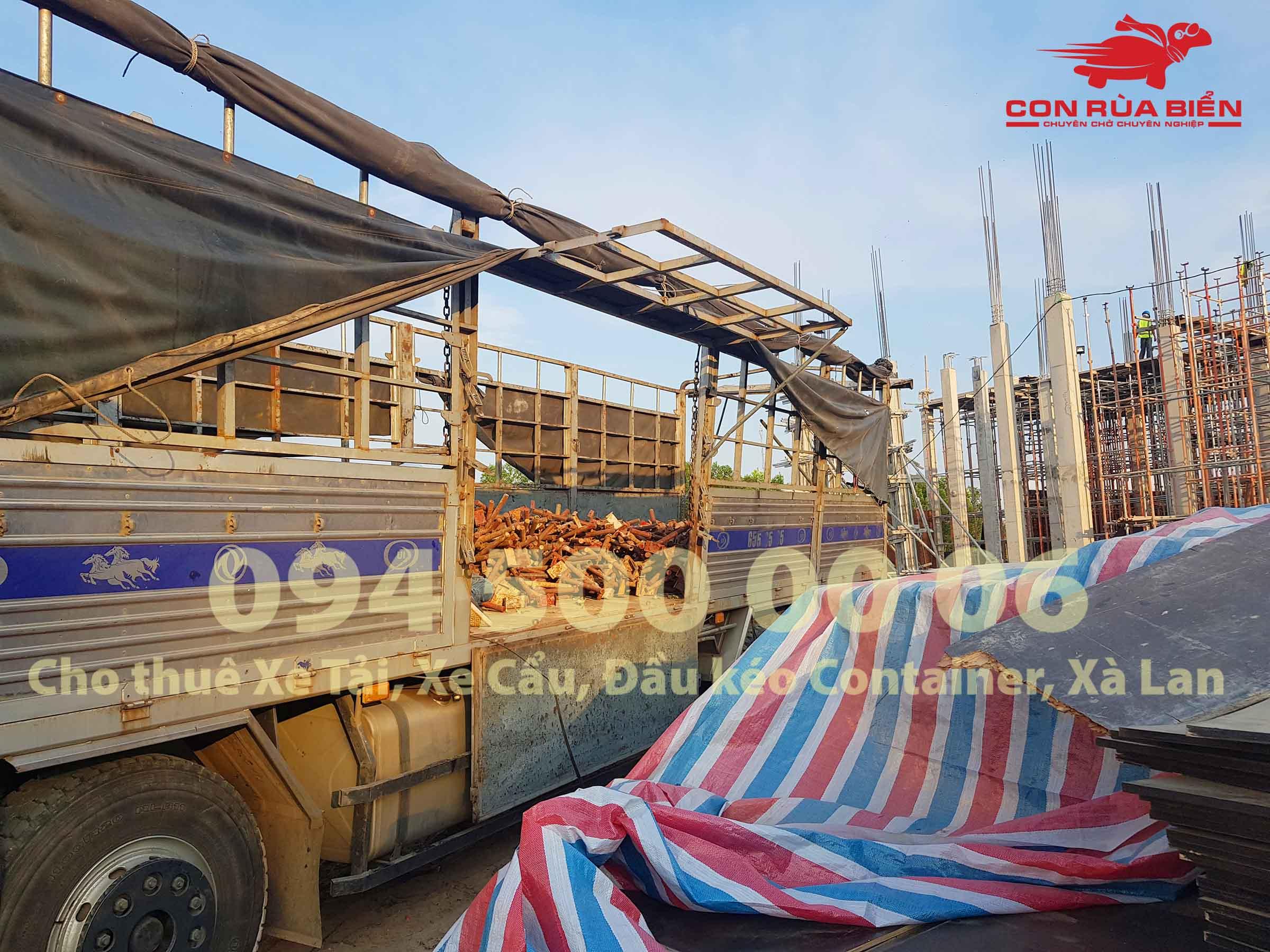 (Ảnh: Dự án vận chuyển Giàn Giáo công trình đi Phú Quốc - Chành xe Phú Quốc - Con Rùa Biển; trong ảnh là cảnh xe tải 20 tấn tại Phú Quốc đang đi giao giàn giao tại chân công trình ở Gành Dầu, Phú Quốc)