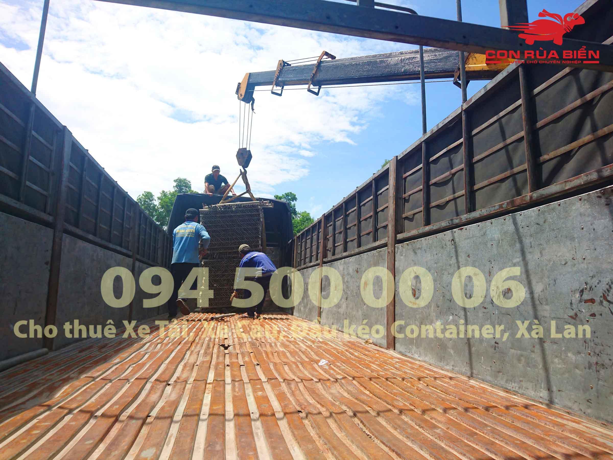 (Ảnh: Dự án vận chuyển Giàn Giáo công trình đi Phú Quốc - Chành xe Phú Quốc - Con Rùa Biển; trong ảnh là cảnh xe cẩu đang đưa hàng giàn giáo tại Gành Dầu Phú Quốc từ dưới kho chứa của công trình lên xe tải loại 15 tấn để vận chuyển giàn giáo từ Phú Quốc về Long An)