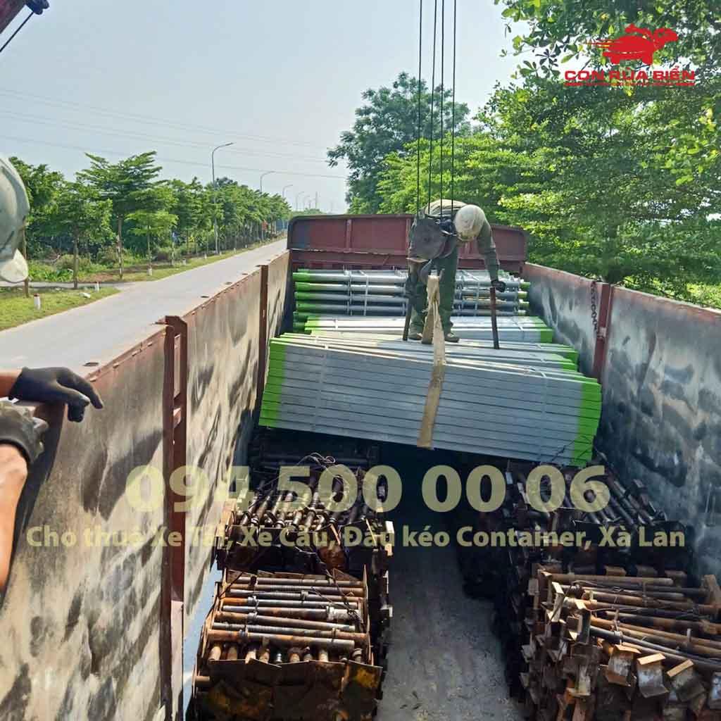 (Ảnh: Dự án vận chuyển Giàn Giáo công trình đi Phú Quốc - Chành xe Phú Quốc - Con Rùa Biển; trong ảnh là cảnh xe cẩu đang đưa giàn giáo công trình lên xe đầu kéo container mui bạc)