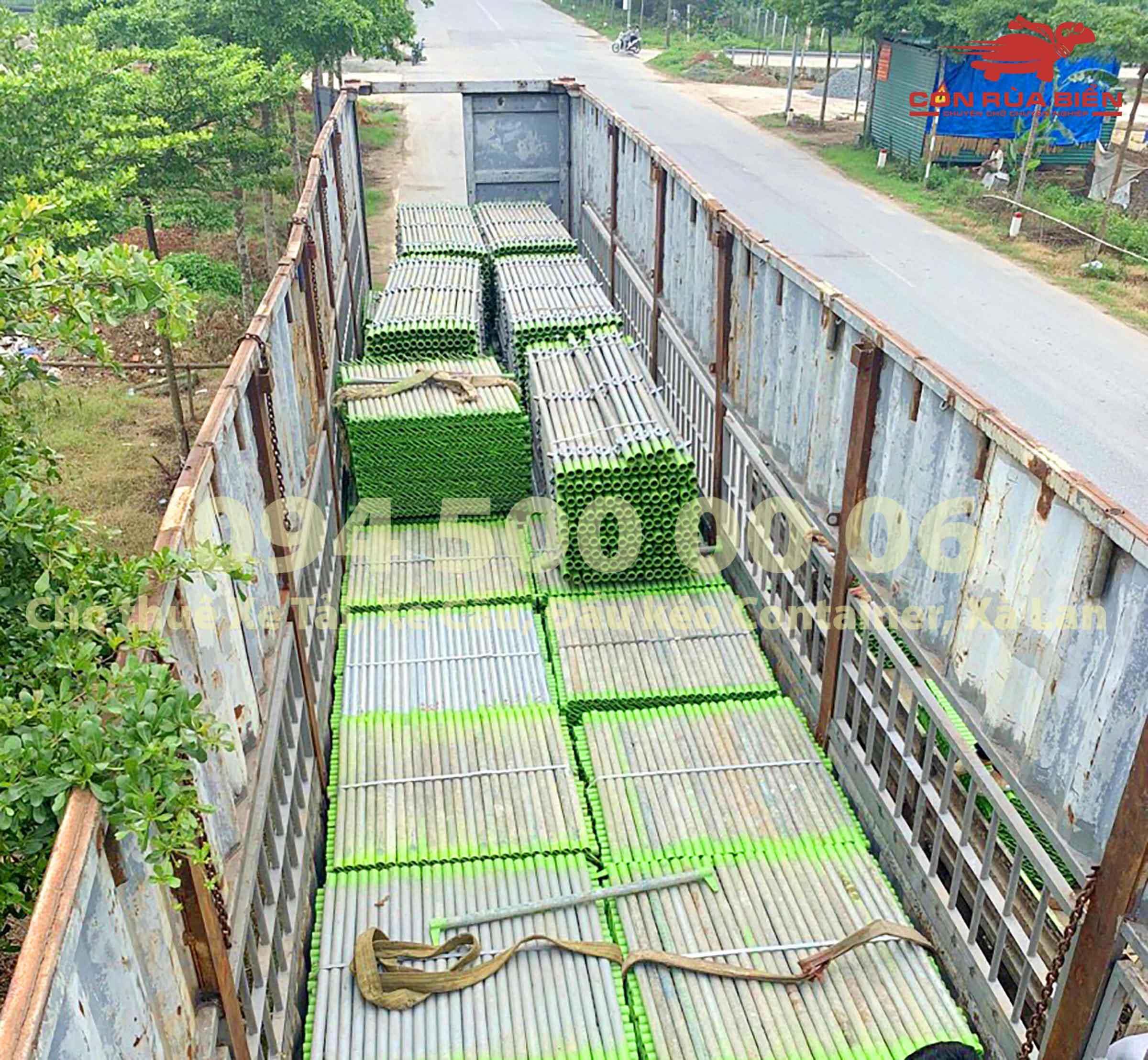 (Ảnh: Dự án vận chuyển Giàn Giáo công trình đi Phú Quốc - Chành xe Phú Quốc - Con Rùa Biển; trong ảnh là cảnh xe đầu kéo container mui bạc đang lên hàng giàn giáo tại công trình)