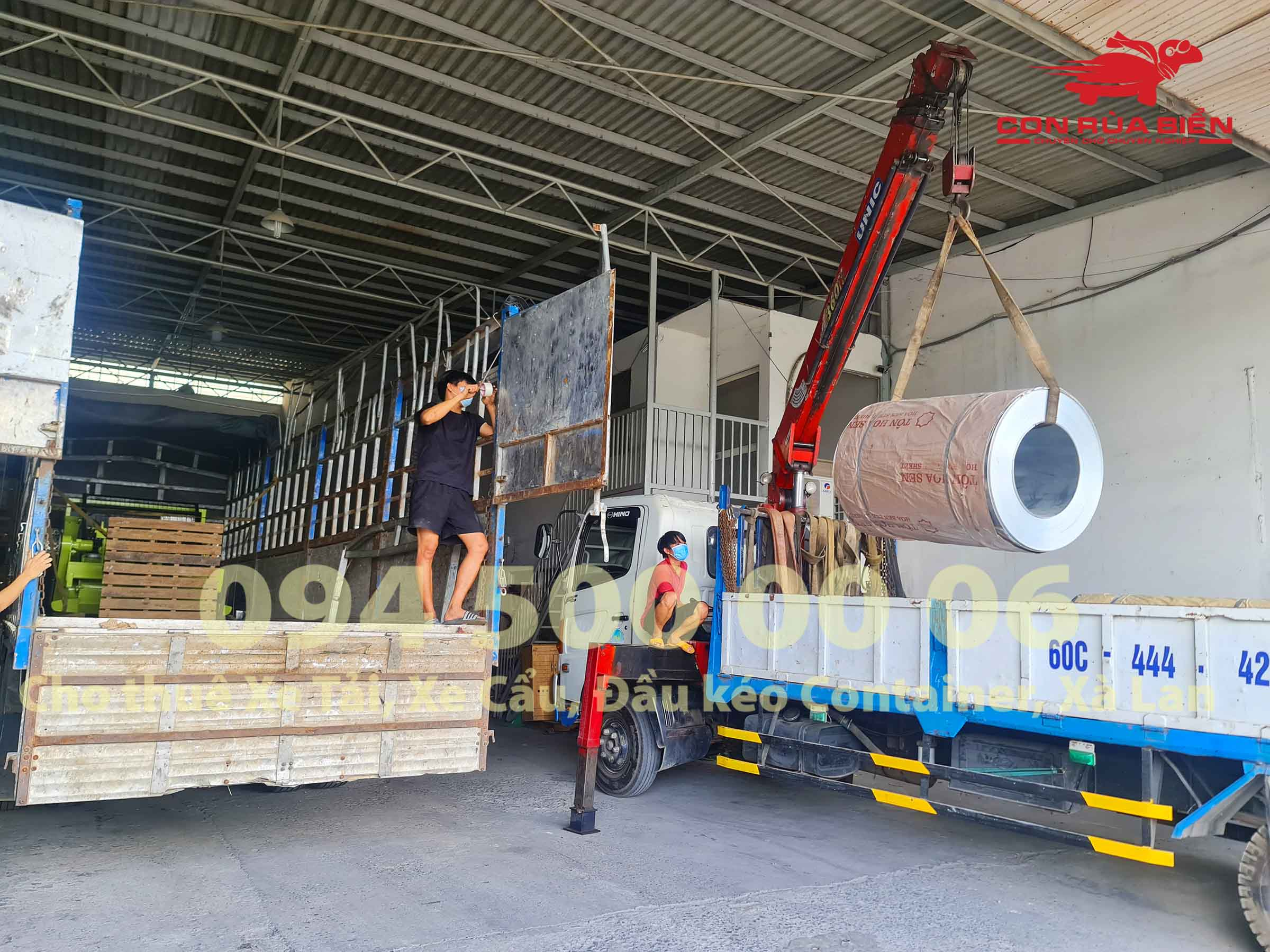 Chành xe đi Phú Quốc, Công ty Con Rùa Biển đang xếp hàng từ Kho HCM lên xe tải để vận chuyển hàng hóa đi Phú Quốc